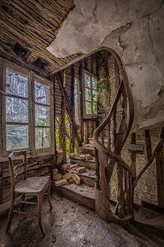 Hölzernes Treppenhaus in verlassenem Chateau von Kelly van den Brande