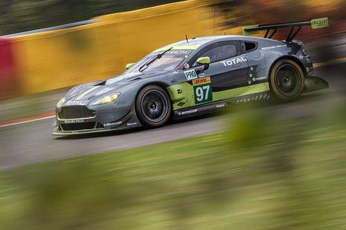 Aston Martin achter de bosjes