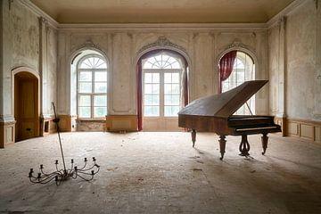 Verlassenes Klavier im Zerfall. von