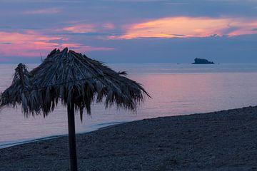 Avond na de zonsondergang op Lesbos, Griekenland van Rob IJsselstein