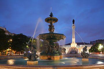 Bronzebrunnen mit Denkmal Dom Pedro IV.und Nationaltheater am Rossio in der Abendd�mmerung  Lissabon