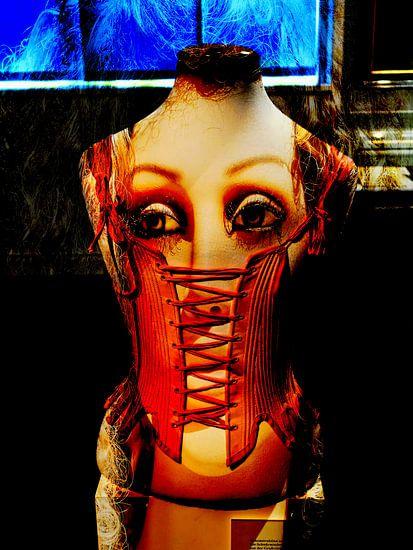 The corseted face van Gabi Hampe