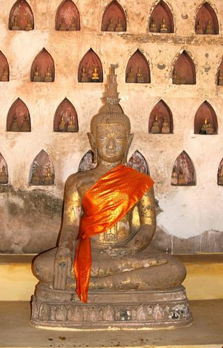Ancient bronze Buddha, Wat Si Saket, Laos van Inge Hogenbijl