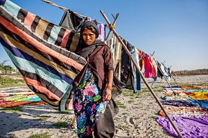 Indiase wasvrouw droogt de was bij de yamuna rivier in Agra. Wout Kok One2expose
