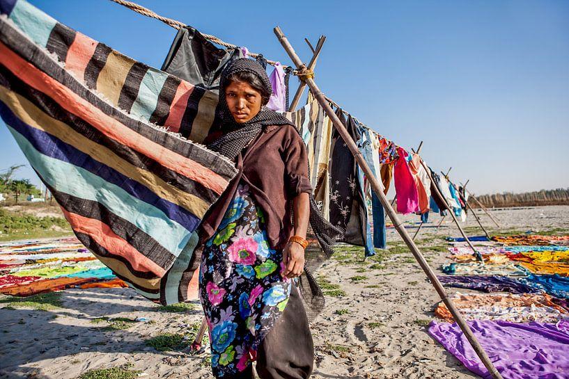 Indiase wasvrouw droogt de was bij de yamuna rivier in Agra. Wout Kok One2expose van Wout Kok