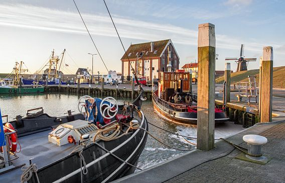 Zonsopkomst in de haven van Oudeschild op Texel / Sunrise in harbour of Oudeschild on Texel van Justin Sinner Pictures ( Fotograaf op Texel)