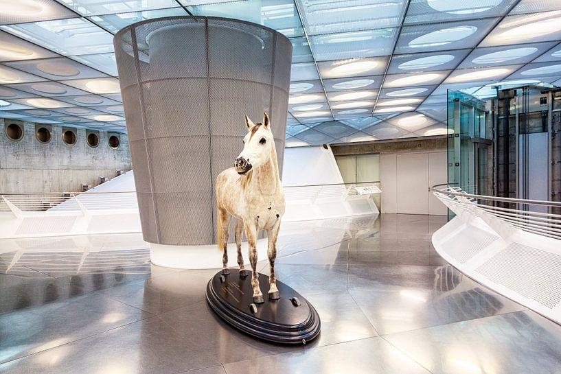 Entree Mercedes-Benz museum in Stuttgart, in Duitsland van Evert Jan Luchies