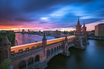 Berlin Oberbaumbrücke mit U Bahn zum Sonnenuntergang von Jean Claude Castor