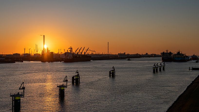 Zonsondergang in de Rotterdamse haven - zicht op Europoort van Erik van 't Hof