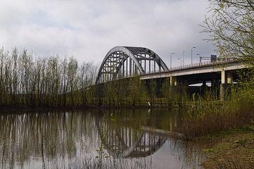 Oude boogbrug Lekbrug bij Vianen en Nieuwegein over de rivier de Lek met mooie reflecties in het wat van Robin Verhoef