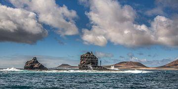 Punta Fariones- het meest noordelijke puntje van Lanzarote met laaghangende wolken van Harrie Muis