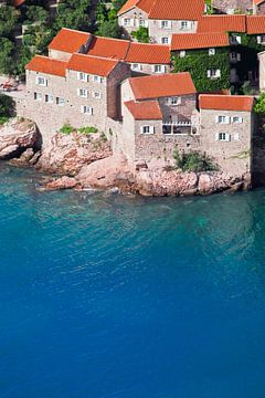 Oude huizen zijn een ideaal hotel. kleine huizen met een pannendak en groene bomen aan de blauwe zee van Michael Semenov