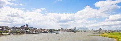 Skyline Nijmegen met uitzicht op de Waalbrug van Henriette Driesen-Joanknecht