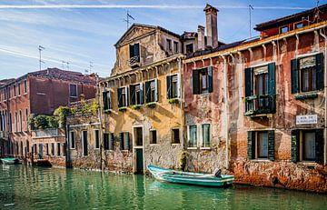Schönes Licht im charakteristischen Kanal von Venedig von Mischa Corsius