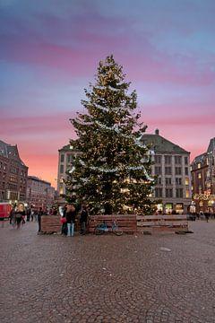 Kerstmis op de Dam in Amsterdam bij zonsondergang van