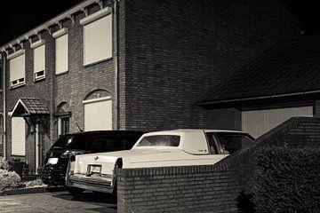 Straatfoto met Cadillac van Raoul Suermondt