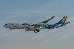 Un avion de ligne Airbus A340-300 coloré de la compagnie South African Airways en train d'atterrir à