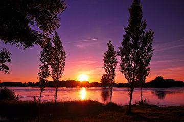 Kleurige zonsondergang bij de IJssel 2 van Arno Wolsink
