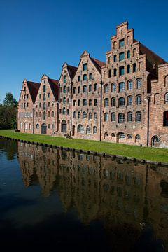 Pakhuizen in oude stad  Lübeck in Duitsland van Joost Adriaanse