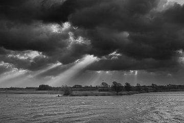 Sturm über dem Fluss Lek von Yvonne Smits