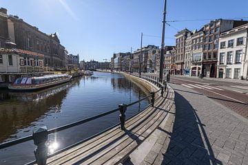 Rokin-Straße und -Kanal in Amsterdam an einem Werktag morgens auf Anraten der niederländischen Regie von Sjoerd van der Wal