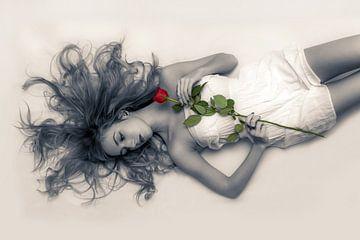 Frau in einem kleinen Kleid in Schwarz-Weiß mit einer roten Rose von Atelier Liesjes
