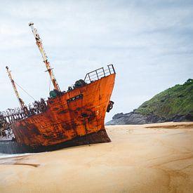 Scheepswrak op een verlaten strand in West Afrika van Bart van Eijden