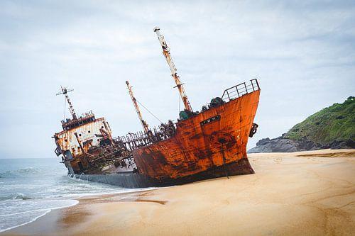 Scheepswrak op een verlaten strand in West Afrika