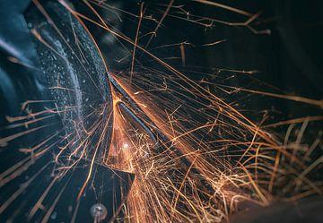Spattend vuur van het slijpen van een beitel sur Martijn van Dellen