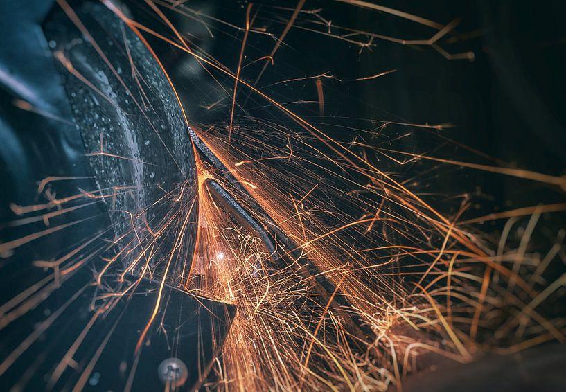 Spattend vuur van het slijpen van een beitel van Martijn van Dellen