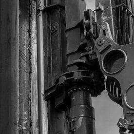 Kop hydraulische drukmachine damwand, zwart-wit van Maike Meuter