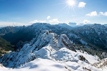 Herfstuitzicht vanaf de Tegelberg in de richting van de Zugspitze van Leo Schindzielorz