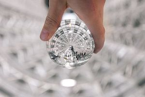 Verlichte tunnel door een lens gezien