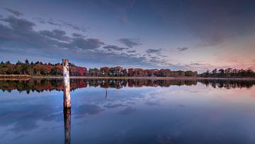 Zonsopkomst met weerspiegeling in laagwater in Hatertse Vennen van Michel Seelen