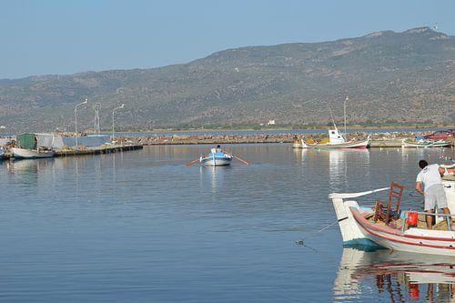 Binnenkomende roeiboot vissershaven Skala Kallonis