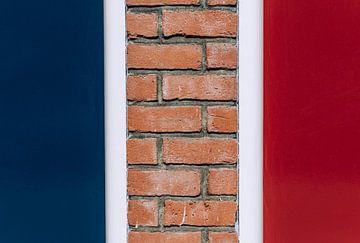Gekleurde muren, rood wit en blauw, Nederlandse en Franse vlag, straat-fotografie van Lisanne Koopmans