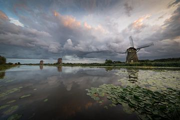 Dramatischer Himmel über drei Windmühlen in den Niederlanden von iPics Photography
