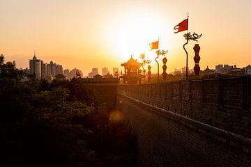 Mur debout à Xian pendant le coucher du soleil - Chine sur Michael Bollen
