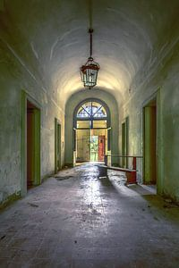 der verlassene Klosterkorridor von