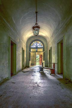 De verlaten kloostergang van Frans Nijland