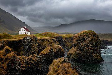 Huisje in Arnastapi (typisch ijsland) van Michael Bollen
