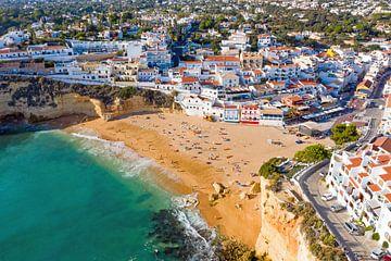 Luftaufnahme der Stadt Carvoeiro an der Algarve Portugal von Nisangha Masselink