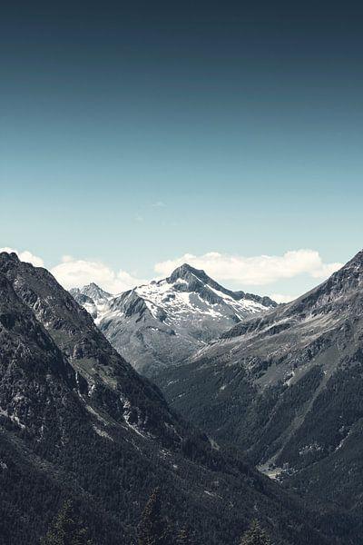 Distant Mountain van Dirk Wüstenhagen