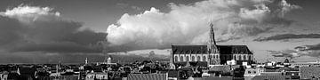 Panorama van Haarlem met grote kerk - zwart wit