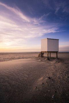 Strandhuis bij zonsondergang van Thom Brouwer