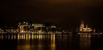 Keulen bij nacht (breedbeeldfoto( van Norbert Sülzner