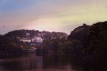 Kandy Lake Golden Hour van Sam van Kempen