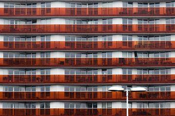 Lantaarnpaal en rode flat in Almere Centrum