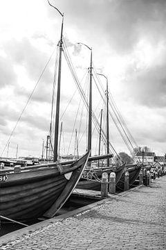 Volendam Hafen in schwarz und weiß von Consala van  der Griend