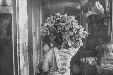 Indonesische Frau auf einem Markt von Pieter Wolthoorn